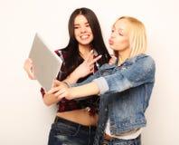 Levensstijl, tehnology en mensenconcept: Gelukkige meisjes met lijst Royalty-vrije Stock Fotografie
