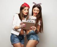 Levensstijl, tehnology en mensenconcept: Gelukkige meisjes met tabletcomputer over witte achtergrond Royalty-vrije Stock Afbeelding
