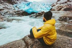 Levensstijl van het de reisavontuur van de mensenreiziger de ontspannende alleen stock foto
