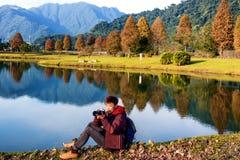 Levensstijlbeeld van een jonge mens die van fotografie genieten stock foto
