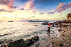 Levensstijlbeeld van gelukkige persoon bij afgezonderd strand royalty-vrije stock foto