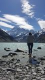 Levensstijlbeeld van jonge vrouw die van mooi de winterlandschap genieten royalty-vrije stock fotografie