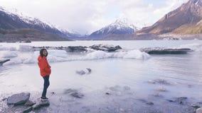 Levensstijlbeeld van jonge vrouw die van mooi de winterlandschap genieten royalty-vrije stock afbeelding