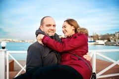 Levensstijlbeeld van vrolijk jong paar in liefde die pret op eenzaam strand hebben samen De lente of dalingstijd Welgemeend royalty-vrije stock afbeelding