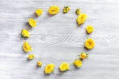 Levensstijlconcept met gele rozen op van de achtergrond vrouwenlijst hoogste meningsmodel Royalty-vrije Stock Foto