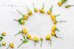 Levensstijlconcept met gele rozen op van de achtergrond vrouwenlijst hoogste meningsmodel Stock Fotografie