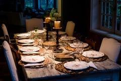 Levensstijlfoto van dinerlijst alvorens te dienen Royalty-vrije Stock Afbeeldingen