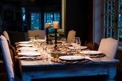 Levensstijlfoto van dinerlijst alvorens te dienen Stock Afbeeldingen