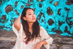 Levensstijlportret van het jonge mooie en gelukkige ontspannen Aziatische Koreaanse vrouw kijken op de afstand zoet en nadenkend  stock afbeeldingen
