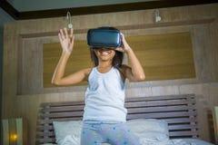 Levensstijlportret van jong gelukkig en opgewekt vrouwelijk kind die VR-de hoofdtelefoon dragen die van het beschermende brillena royalty-vrije stock foto