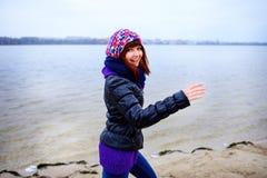 Levensstijlportret van jonge Kaukasische slanke vrouwenlooppas langs de strandherfst Stock Foto's