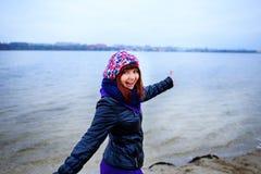 Levensstijlportret van jonge Kaukasische slanke vrouwenlooppas langs de strandherfst Royalty-vrije Stock Fotografie