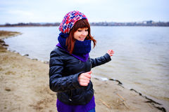 Levensstijlportret van jonge Kaukasische slanke vrouwenlooppas langs de strandherfst Stock Afbeelding