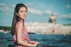 Levensstijlportret van jonge mooie Kaukasische vrouw met stadsachtergrond op Neva River, in Heilige Petersburg Royalty-vrije Stock Afbeelding