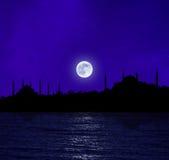 Lever de la lune au-dessus d'Istanbul Photographie stock libre de droits
