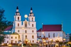 Lever de la lune au-dessus de cathédrale de Saint-Esprit à Minsk Image stock