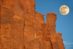 Lever de la lune au-dessus de formation de roche - vallée de monument, AR Photographie stock libre de droits