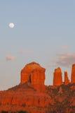 Lever de la lune au-dessus de roche de cathédrale Photo stock