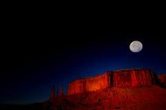 Lever de la lune au-dessus de vallée de monument Image stock