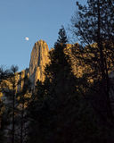 Lever de la lune au-dessus de vallée de yosemite Photographie stock