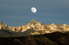 Lever de la lune au-dessus des cimmarons Images stock