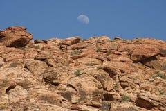 Lever de la lune au-dessus de canyon rouge de roche Images stock