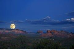 Lever de la lune au-dessus des roches rouges Photo stock