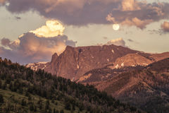 Lever de la lune au nord de la montagne blanche de roche photos stock