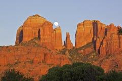 Lever de la lune de roche de cathédrale Photographie stock