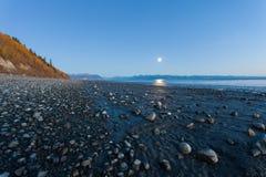 Lever de la lune sur Rocky Beach en Alaska photographie stock libre de droits