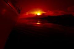 Lever de soleil à bord d'un yacht de navigation Photographie stock libre de droits