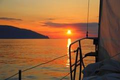 Lever de soleil à bord d'un yacht de navigation Images libres de droits
