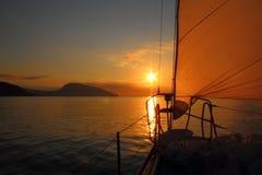 Lever de soleil à bord d'un yacht de navigation Photos libres de droits