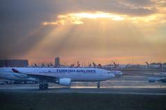 Lever de soleil à Istanbul, aéroport international d'Ataturk Image libre de droits