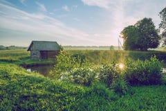 Lever de soleil à l'étang avec vue sur la salle et le pré Photo stock