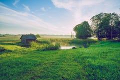 Lever de soleil à l'étang avec vue sur la salle et le pré Images stock