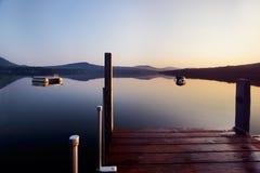 Lever de soleil à l'extrémité du dock photo libre de droits