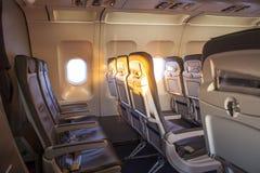 Lever de soleil à l'intérieur de la cabine d'un avion Photos stock