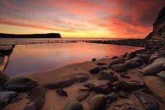 Lever de soleil à la côte centrale de plage de Macmasters, Australie Photographie stock libre de droits