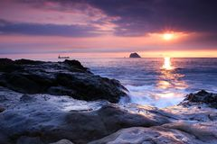 Lever de soleil à la côte dans Keelung Images stock