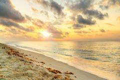 Lever de soleil à la mer des Caraïbes Images libres de droits