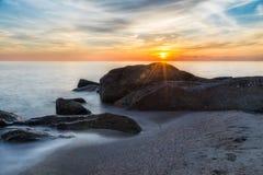Lever de soleil à la plage image libre de droits