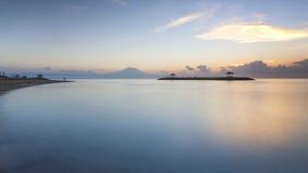 Lever de soleil à la plage de Sanur, Indonésie Images stock