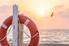 Lever de soleil à la plage derrière un flotteur de maître nageur Image libre de droits