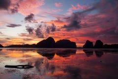 Lever de soleil à la plage de Pak Meng, Trang, Thaïlande image libre de droits