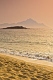 Lever de soleil à la plage près de la montagne sainte Athos, Chalkidiki Photographie stock libre de droits