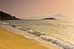 Lever de soleil à la plage près de la montagne sainte Athos, Chalkidiki Images stock