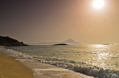 Lever de soleil à la plage près de la montagne sainte Athos, Chalkidiki Photos libres de droits