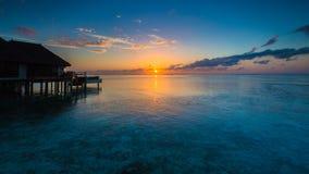 Lever de soleil à la station de vacances Maldives de quatre saisons chez Kuda Huraa photographie stock