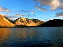 Lever de soleil à la TSO de Pangong dans Ladakh Images stock